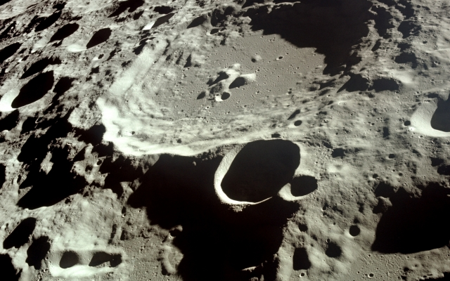 https://upload.wikimedia.org/wikipedia/commons/a/a3/Moon_Dedal_crater.jpg